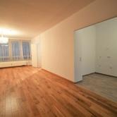Wohnzimmer mit halb offener Küche